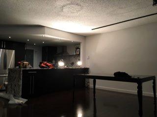 Un autre réalisation de l'équipe Royal On enlève la texture du plafond pour retrouver la dalle de béton!